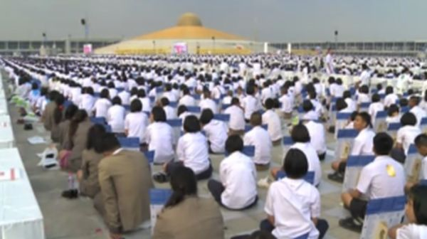 One Million People Gather For Prayer In Thailand (4 pics)