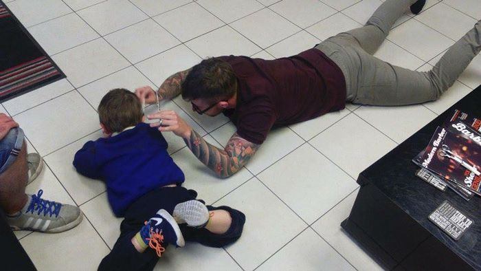 Barber Makes Autistic Boy Feel Right At Home While Getting His First Haircut (4 pics)