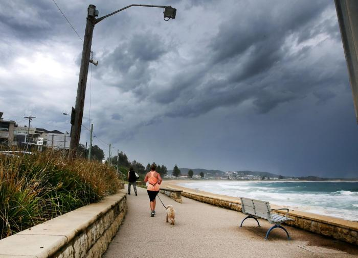 Giant Black Clouds Bring A Thunderstorm To Sydney (9 pics)