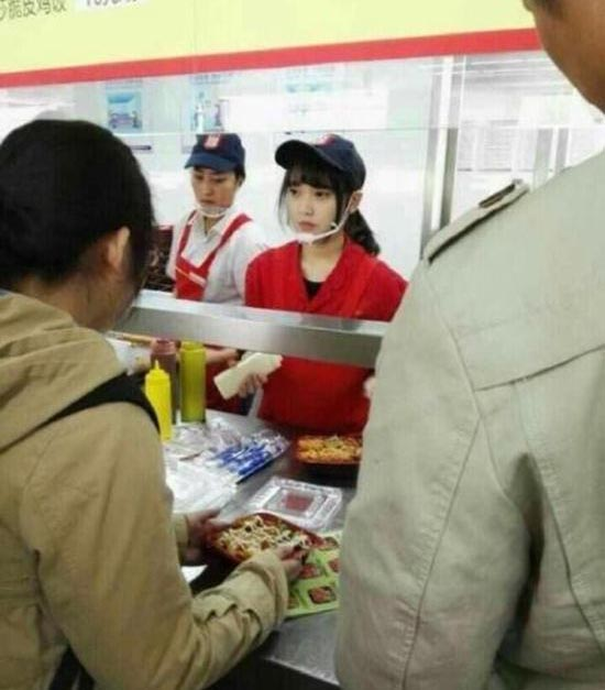 The Men At Yangzhou University Are Lining Up For This 'Cafeteria Goddess' (4 pics)