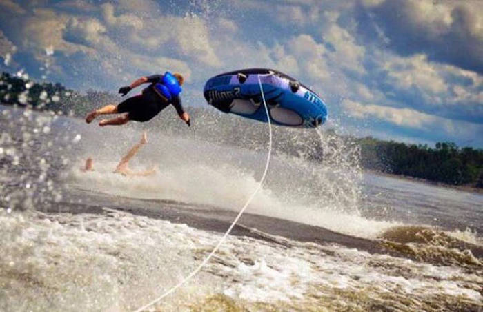 These Brave Water Tubers Got Caught Up In Wild Wipeouts (21 pics)