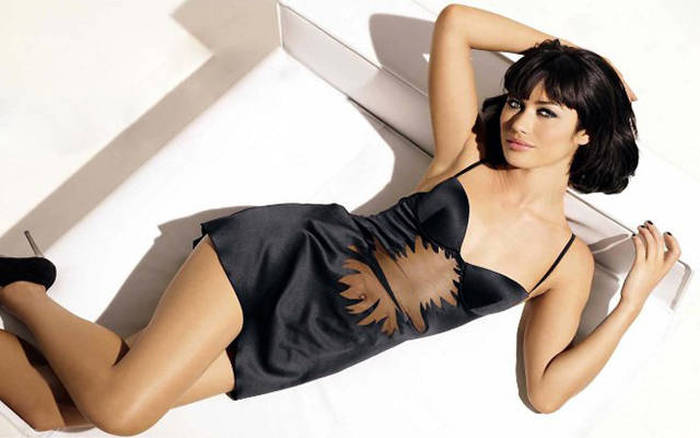 Looking Back On The Most Beautiful Bond Girls Of All Time (22 pics)