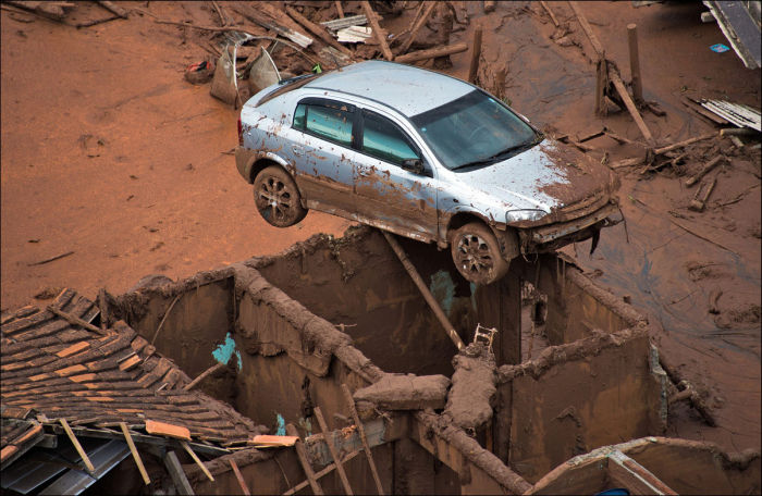 Red Mud Flows Through The Streets Of Brazil (22 pics)