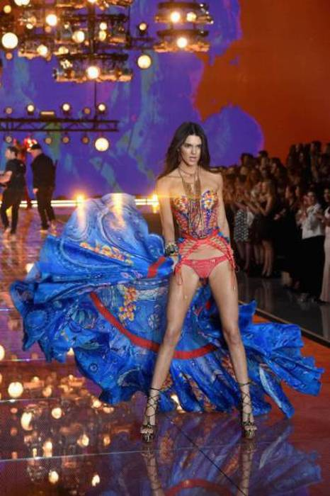 All Of The Sexiest Photos From The 2015 Victoria's Secret Fashion Show (61 pics)