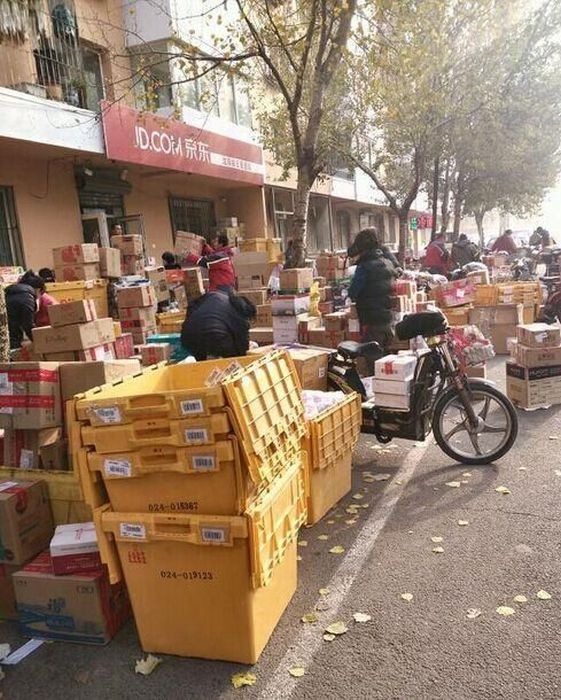 Chinese Mail Workers Get Swamped On This Day Of The Year (11 pics)