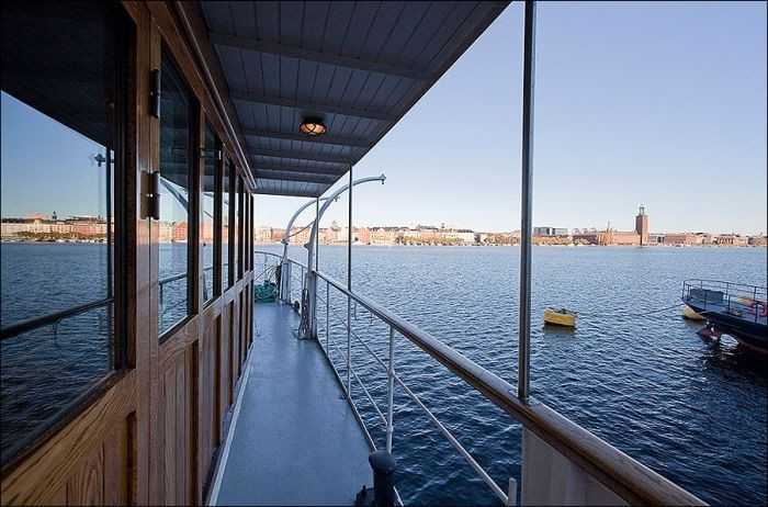 Old Barge Gets Transformed Into A Luxurious House (17 pics)