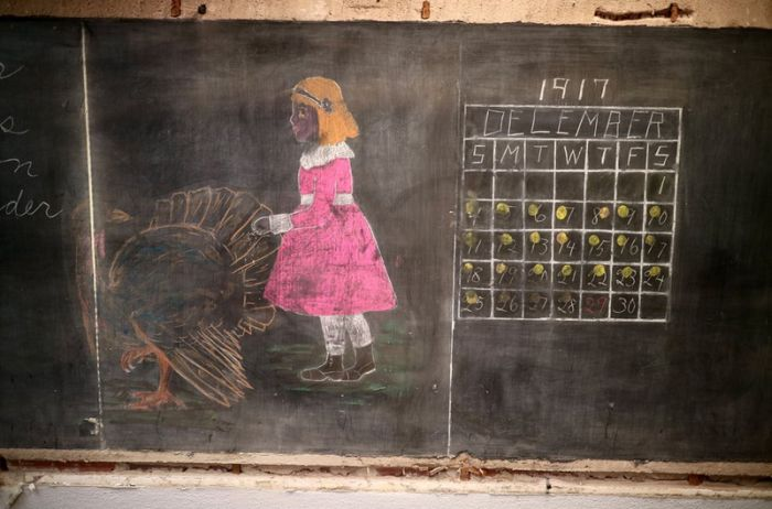 Teachers Find 100 Year Old Writing On An Oklahoma City Blackboard (10 pics)