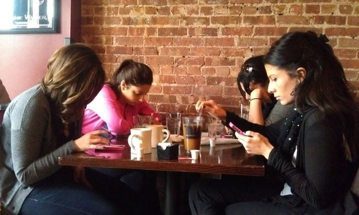 Cell Phone Addiction Has Become An Epidemic (30 pics)