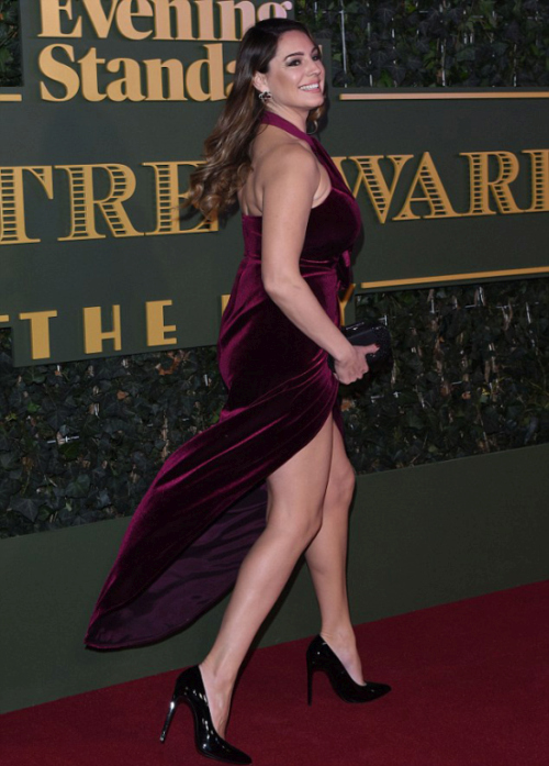 Kelly Brook Suffered A Major Wardrobe Malfunction On The Red Carpet (4 pics)