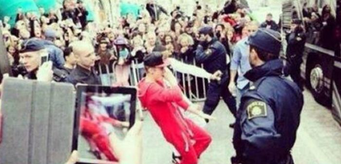 Justin Bieber Fans Literally Kiss The Ground He Walks On (3 pics)