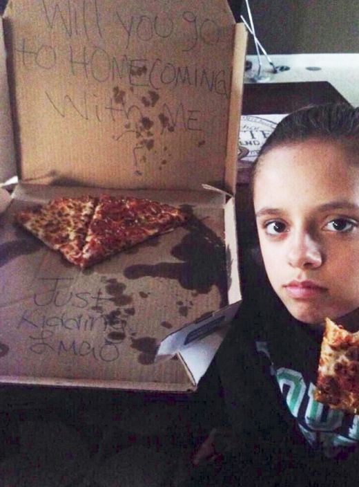 Prankster Uses Pizza To Troll An Innocent Girl (3 pics)