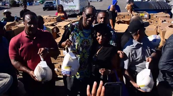 Snoop Dogg Gets Into The Holiday Spirit By Giving Out Turkeys  (2 pics + video)