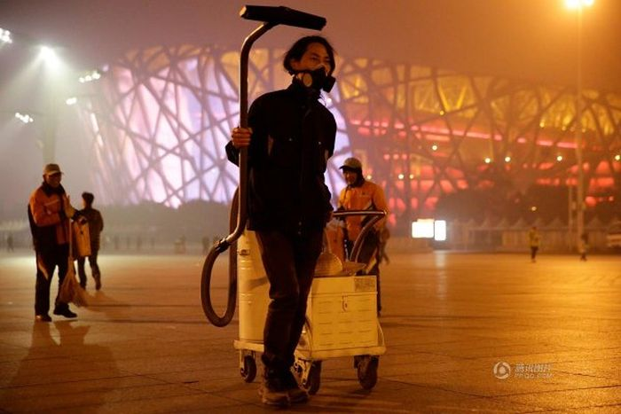 Meet The Man That Spent 100 Days Collecting Smog (4 pics)