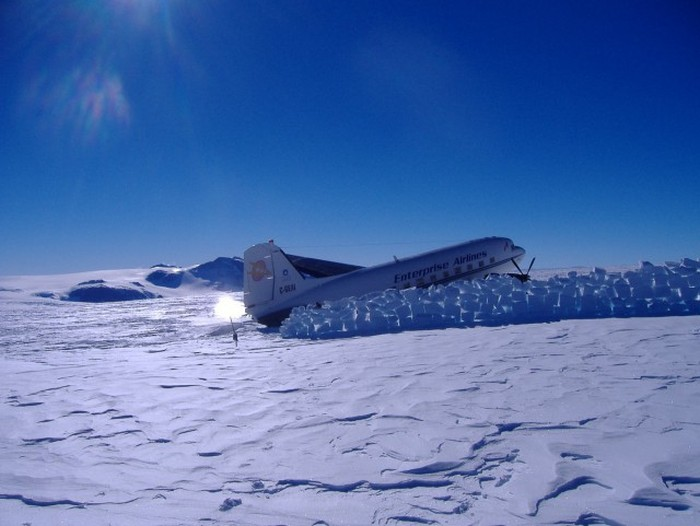 Passengers Repair An Airplane After Being Stranded In Antarctica (41 pics)