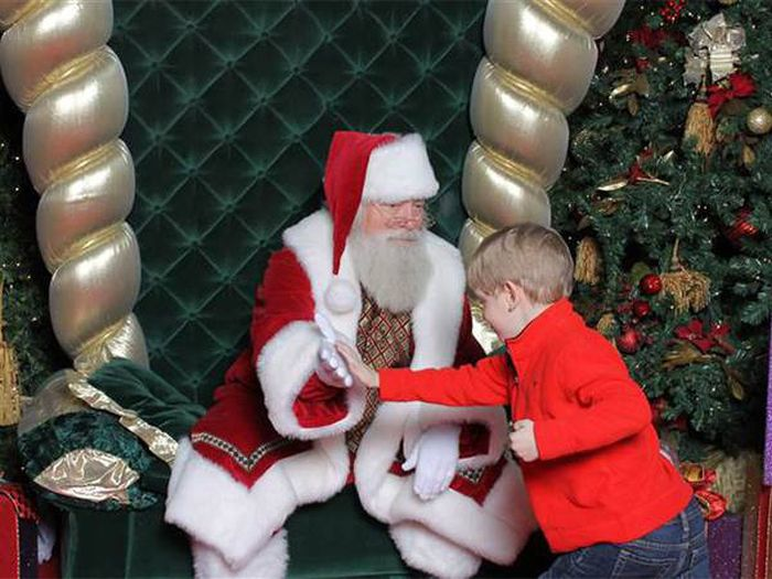 Mall Santa Goes The Extra Mile For An Autistic Boy (5 pics)