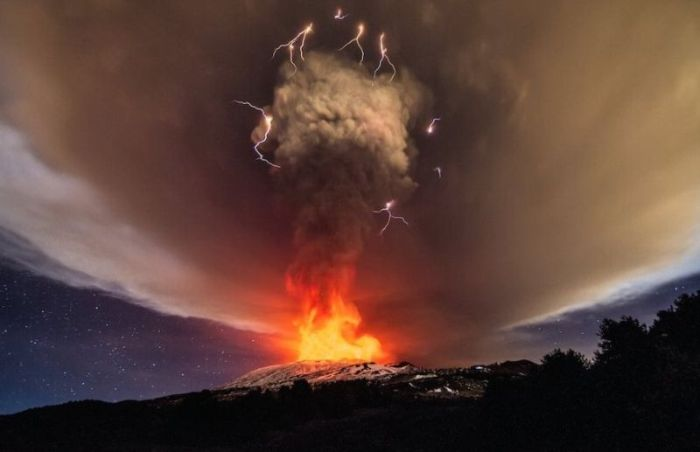 Mount Etna Shoots Lava 1KM Up During Massive Eruption (10 pics)