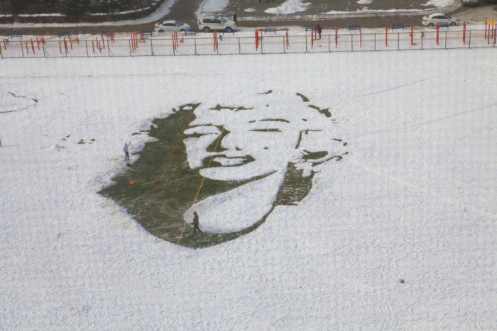 Students Use Snow To Create A Massive Portrait Of Marilyn Monroe (5 pics)
