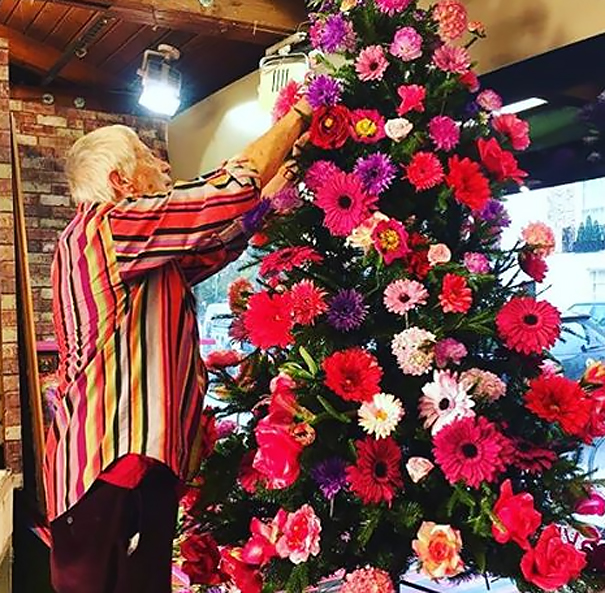 People Are Making Their Christmas Trees Beautiful By Using Flowers (23 pics)
