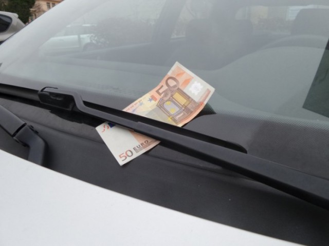 Why You Shouldn't Grab That $100 Bill On Your Windshield (2 pics)