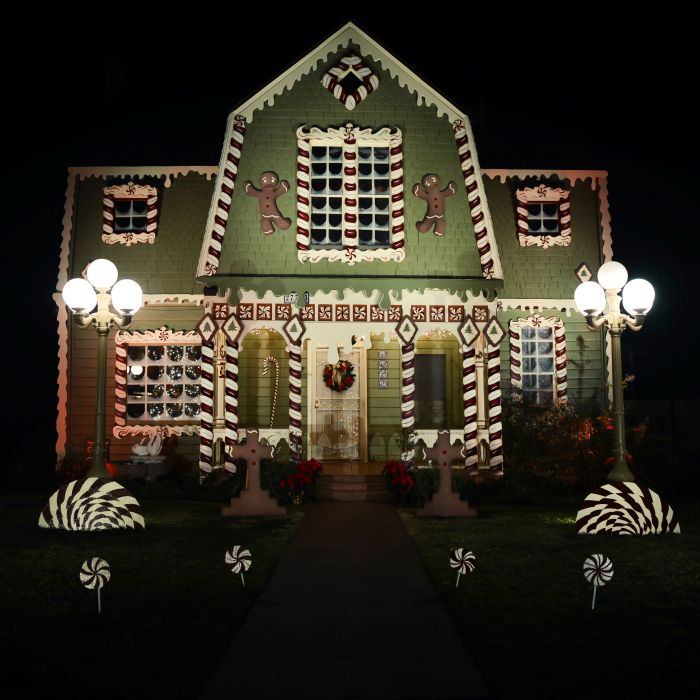 Woman Turns Her Parent's Home Into A Giant Ginger Bread House For Christmas (14 pics)
