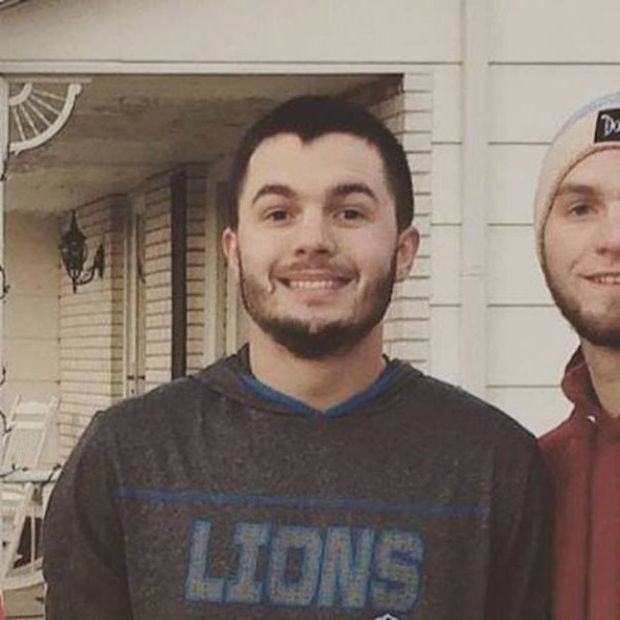 College Student Poses For Christmas Card With Fake Family To Troll His Relatives (3 pics)
