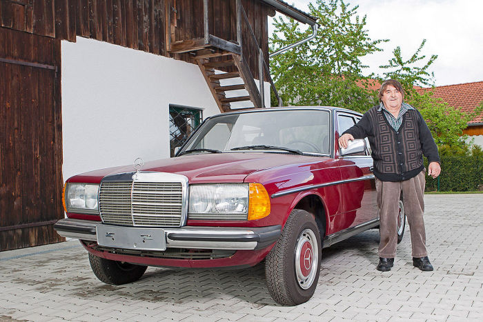 This 30 Year Old Mercedes-Benz Is In Near Perfect Condition (12 pics)