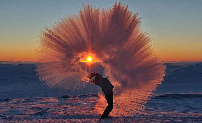 See What Happens To Hot Tea When It's Poured Out In Sub Zero Temperatures (3 pics)
