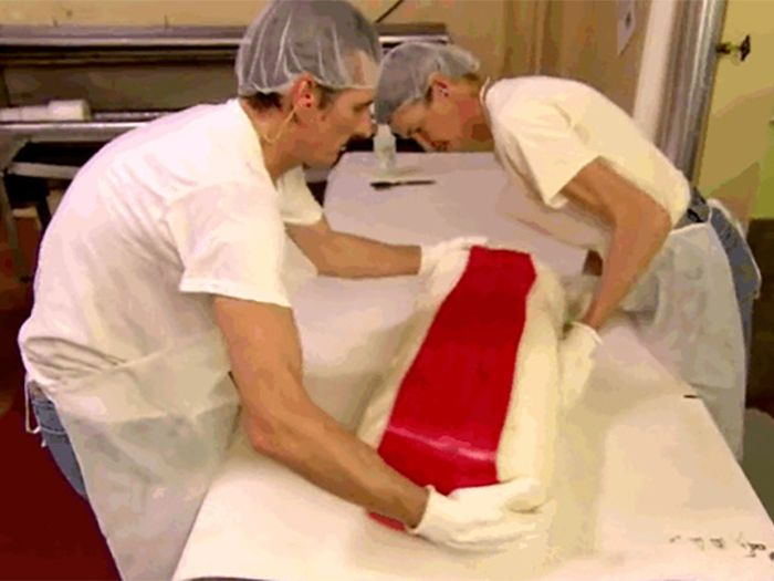 See How Candy Canes Are Created From Start To Finish (14 pics)