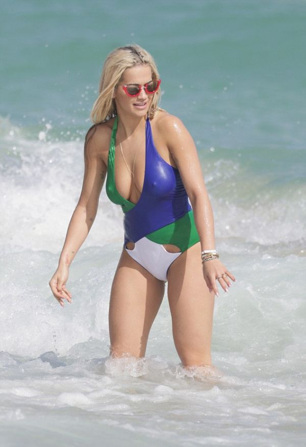 Rita Ora Shows Off Her Sexy Body In A Low Cut Swimsuit On The Miami Beach (10 pics)