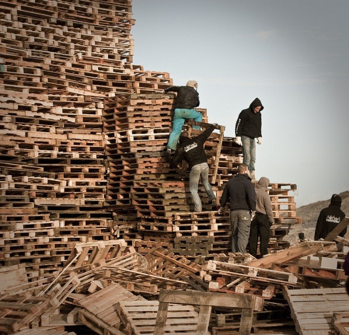 Two Teams Tried To Create The Largest Bonfire In The Netherlands On New Year's Eve (9 pics)