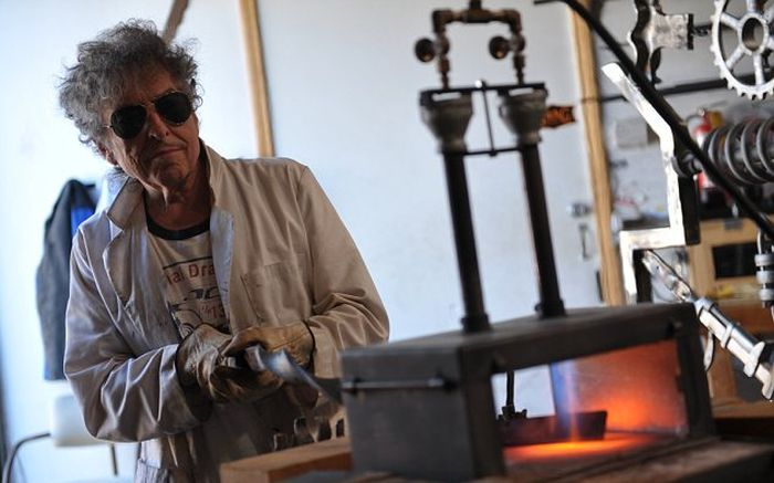 Bob Dylan Uses Scrap Metal To Make Big Iron Gates In His Free Time (5 pics)