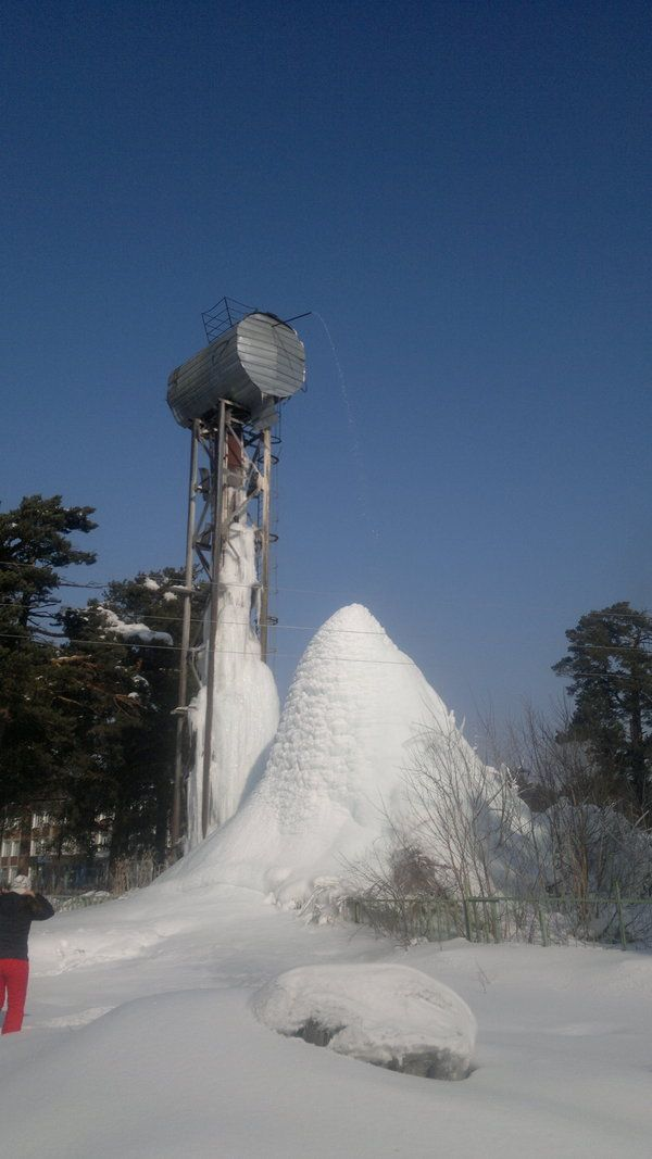 See What Happened When A Town Forgot To Turn Their Water Tower Off (3 pics)