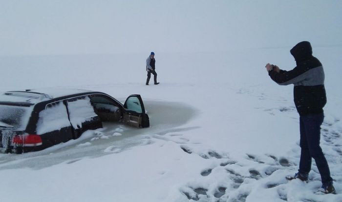Car Crashes Through Ice And Gets Frozen In The Water (4 pics)
