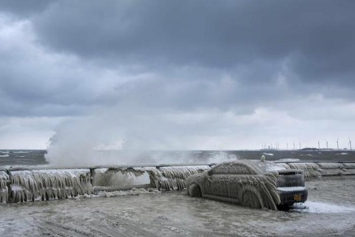 This Is What Happens When You Park Too Close To A Lake In Freezing Weather (4 pics)