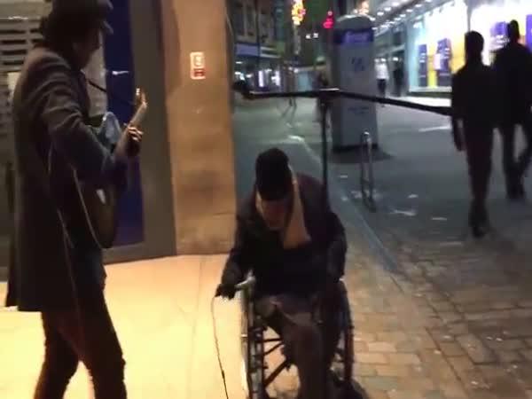 Homeless Man Joins Busker For Spontaneous New Years Eve Street Jam