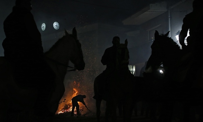 Las Luminarias: a Spanish Festival Of Fire And Horses (12 pics)
