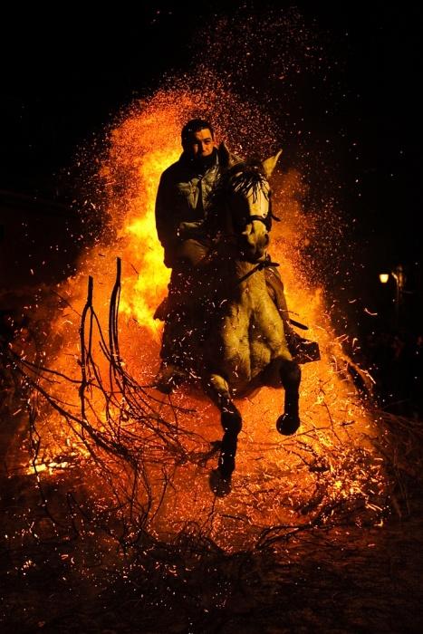 Las Luminarias: a Spanish Festival Of Fire And Horses (12 pics)