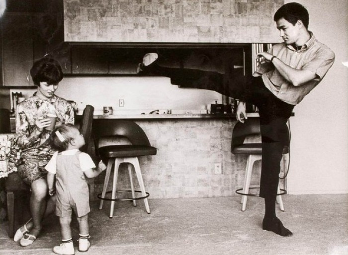 Touching Family Photos Of The Iconic Bruce Lee (25 pics)