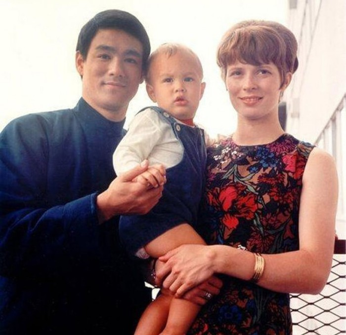 touching family photos of the iconic bruce lee 25 pics