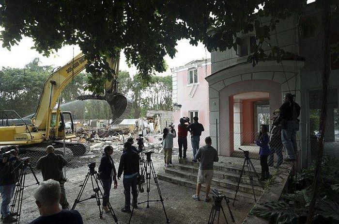 Couple Decides To Tear Down Pablo Escobar's Florida Mansion (12 pics)