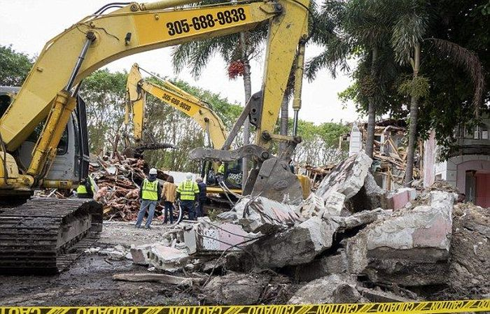 Couple Decides To Tear Down Pablo Escobar's Florida Mansion (12 pics)