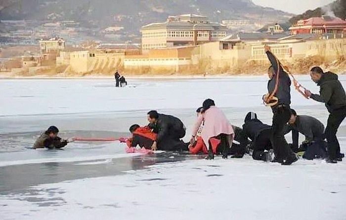 Freezing Man Gets Saved By A Scarf (4 pics)