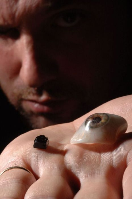 A Man Named Rob Spence Replaced His Glass Eye With A Camera (9 pics)