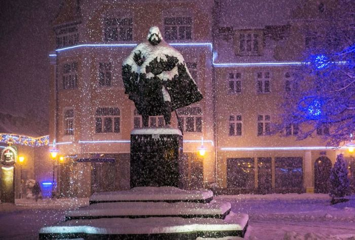 On Snowy Days This Polish Statue Transforms Into Darth Vader (3 pics)