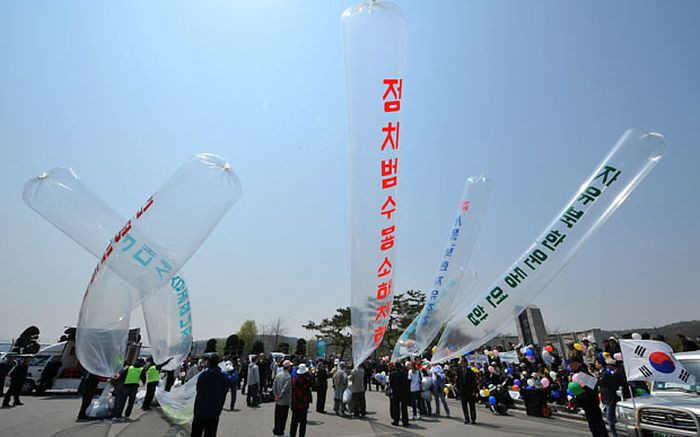 North Korea Sends Balloons Filled With Used Toilet Paper To South Korea (3 pics)