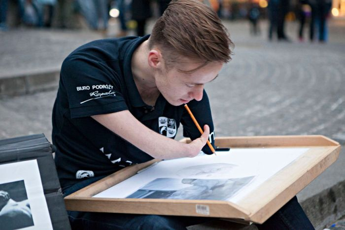 Meet The Man That Draws Realistic Paintings Without Any Arms (11 pics)