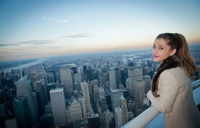Ariana Grande And Taylor Swift Take Pictures On This Secret New York City Deck (11 pics)