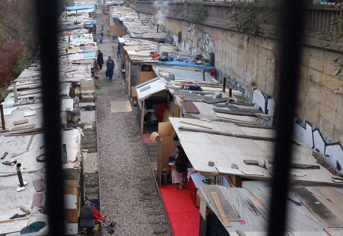 Gypsies Have Created A Village Built Out Of Rubbish In Paris (16 pics)