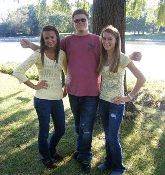Hover Hands Make Any Photo Instantly Awkward (31 pics)