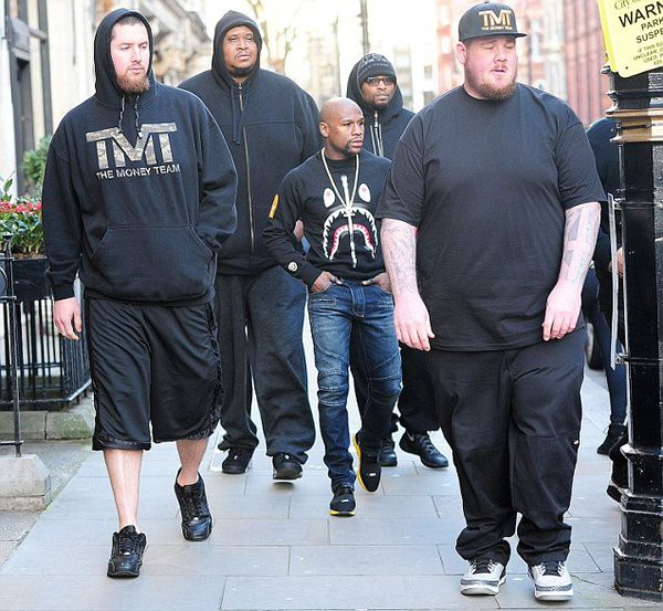 Floyd Mayweather's Bodyguards Make Him Look Like A Little Kid (2 pics)
